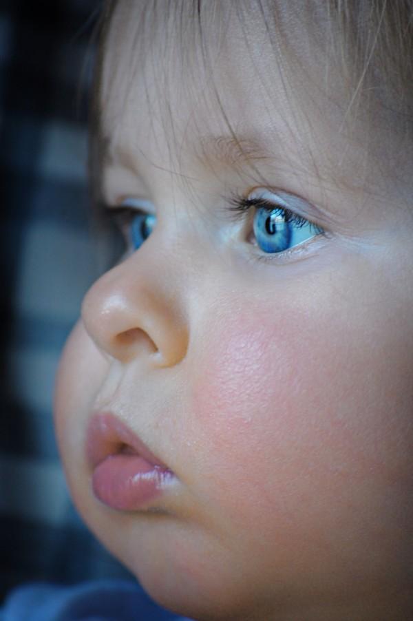Occhi azzurri capelli biondi o castani